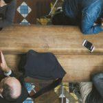 Table de réunion vue du dessus - header formation PCM kodama