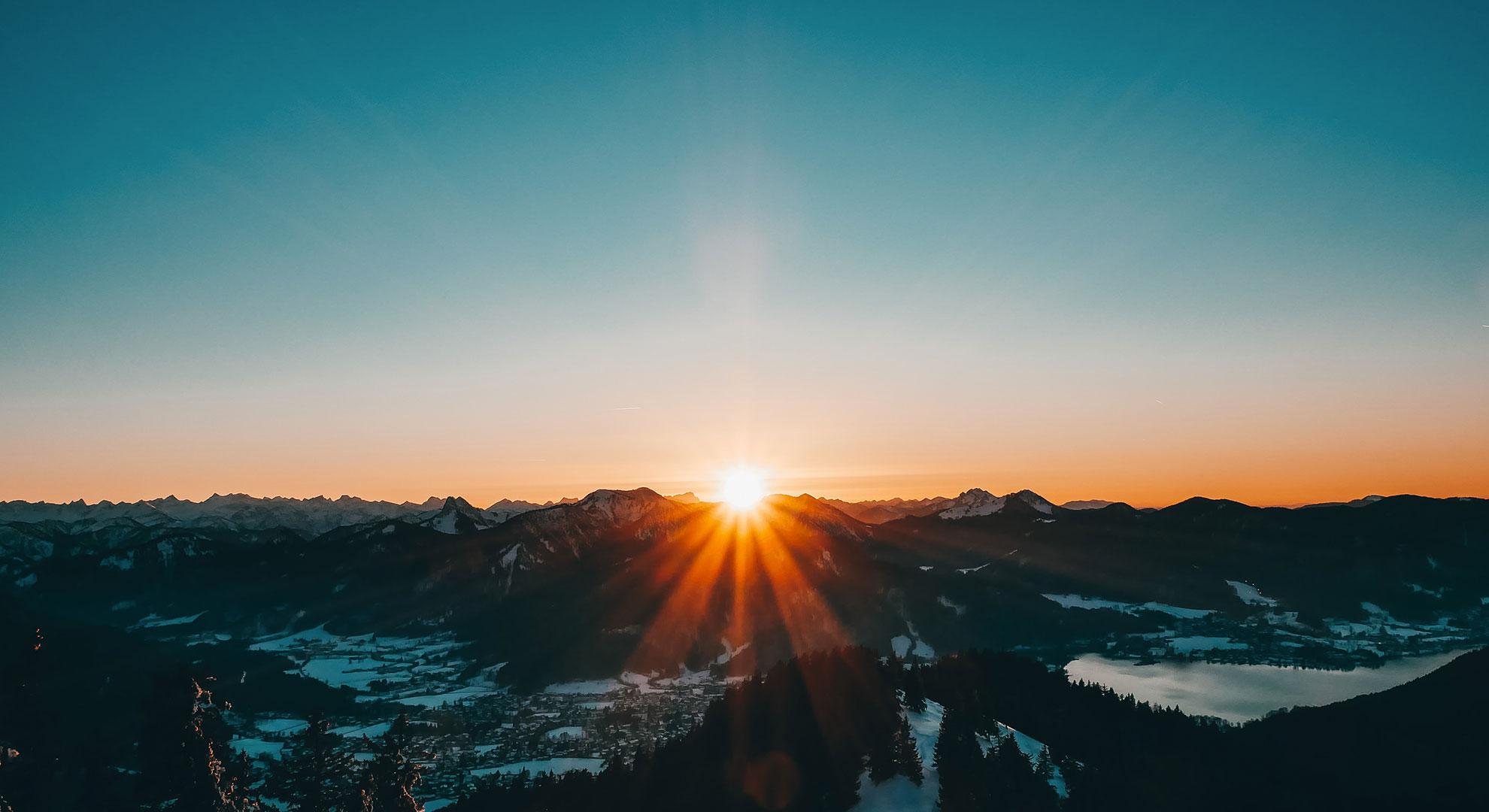 Lever de soleil sur chaînes de montagne - header intelligence collective kodama