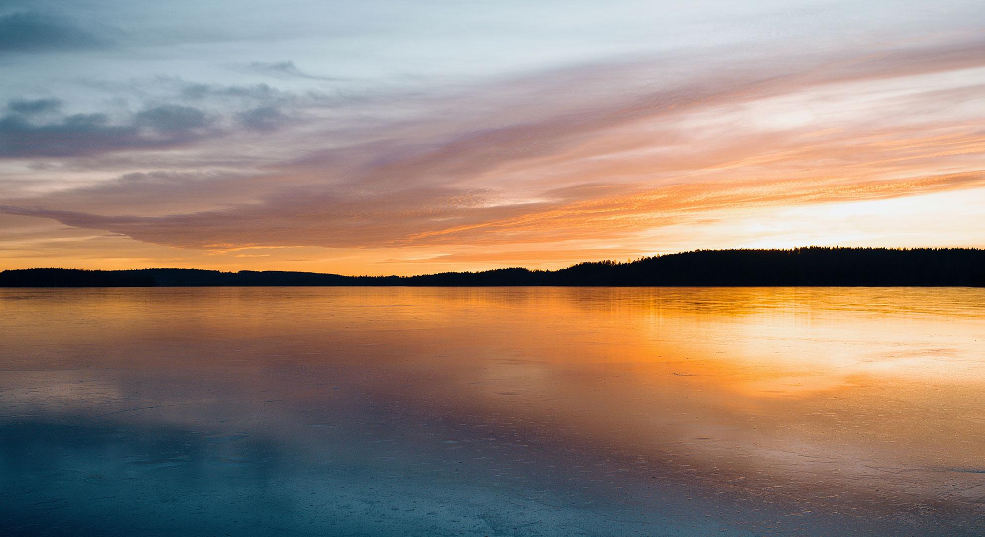 Miroir entre ciel et mer coucher de soleil - header jeu du roi reine kodama